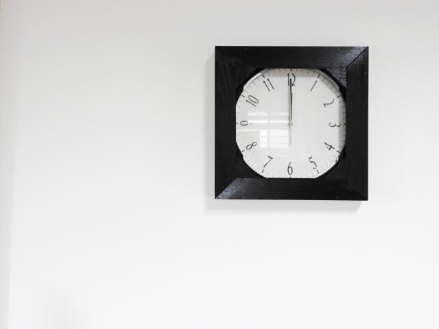 賃貸住まい必見!壁がコンクリートでも時計を飾れる方法