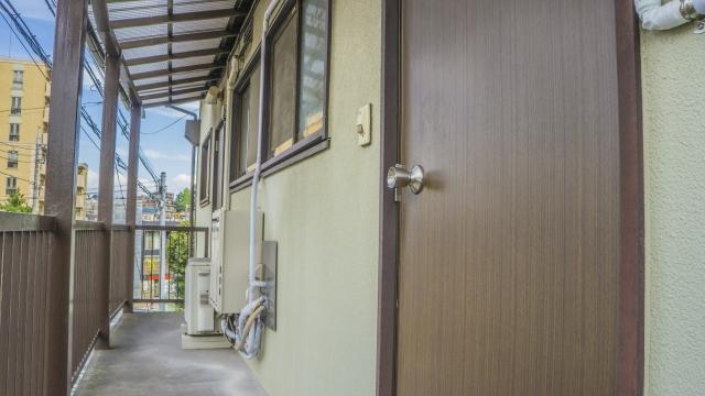 壊れたアパートのドアを修理、補修する方法をご紹介!
