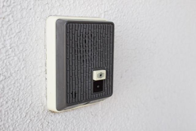 玄関のインターホンの音が鳴らない!?原因と対処方法は?