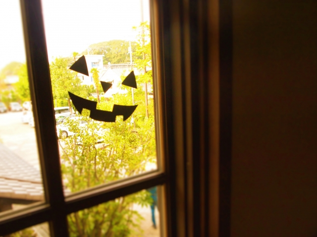 窓のシールが上手く剥がれない!簡単な剥がし方はある?