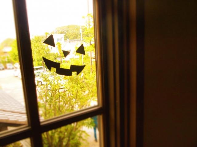 窓をウォールステッカーで彩ろう!貼り方や剥がし方もご紹介