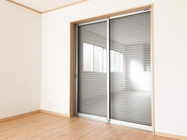 窓から入りこむ音を遮断!シャッターを取り付けて防音対策!