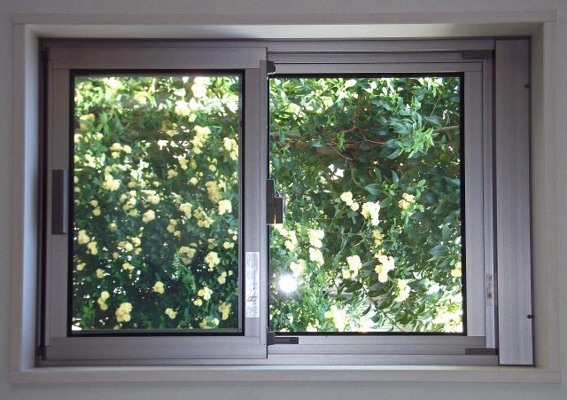 窓からの冷気対策に!隙間テープを貼る位置やポイントとは?