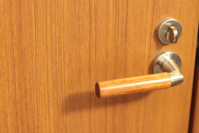 賃貸物件で窓のクレセント錠が壊れた?!修理はどうする?