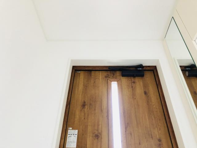 玄関の網戸を後付けしたい!取り付け方や費用などをご紹介!