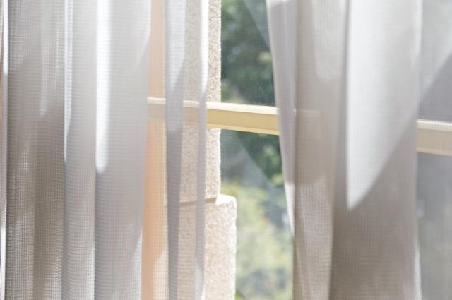 窓にUVカットフィルムとニトリの万能カーテンで紫外線対策を