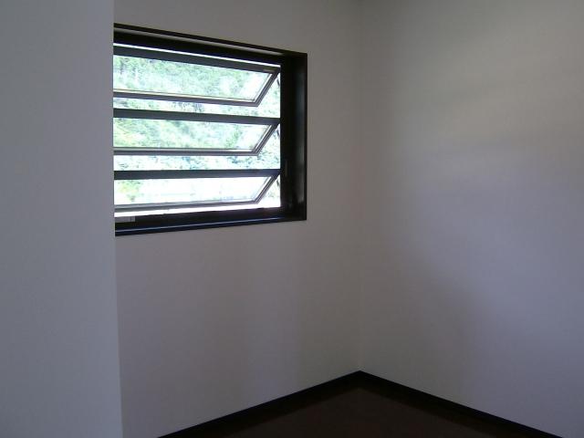 窓の開き方にはいろいろある?!ハンドルを回すタイプも!