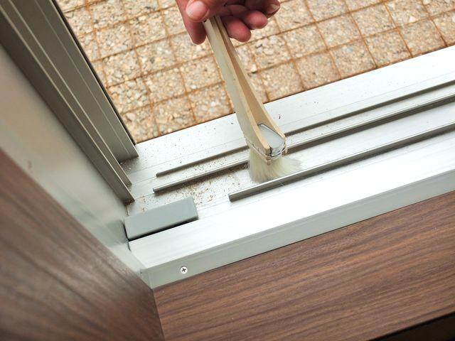 頑固な黒カビが発生する前に!窓枠やサッシを掃除しよう!