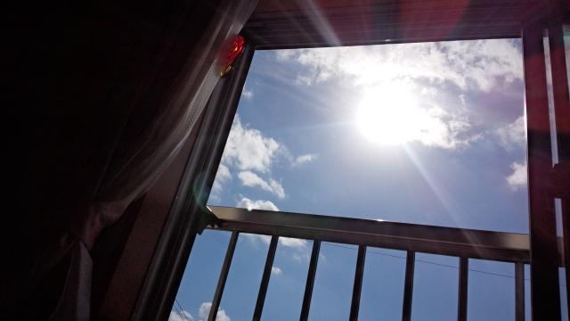 窓に遮光シート貼ろう!シートははがせるタイプがおすすめ!