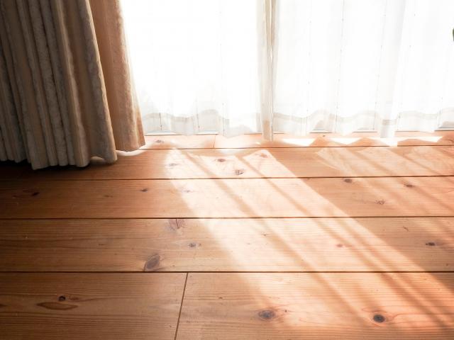 西側の窓から入る西日対策に!遮熱フィルムを貼ると効果的?