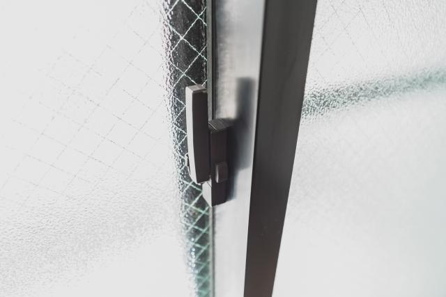 窓に隙間ができる原因と対処方法!鍵が原因の可能性もある?