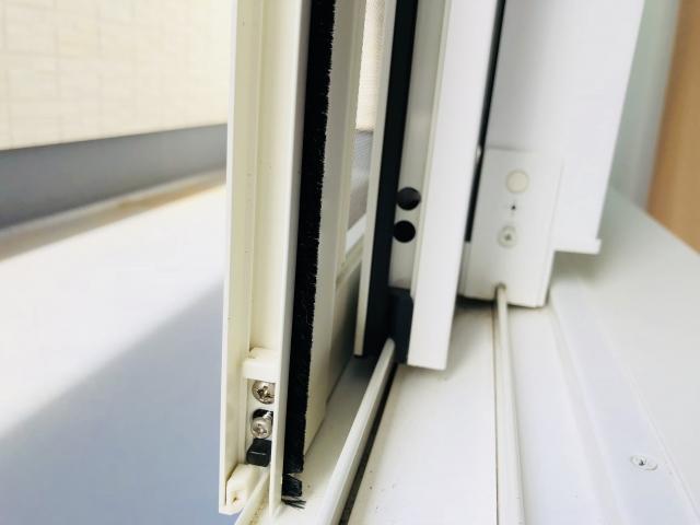 窓に隙間テープを貼って隙間風・音・虫の侵入を防ごう!