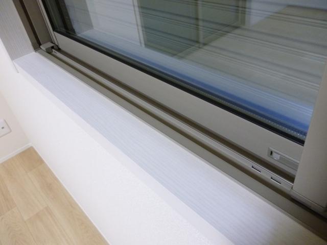窓まわりに欠かせない額縁!取り付けるメリットや掃除方法