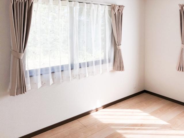 窓の外から見えないようにする方法!昼夜使えるアイテムとは